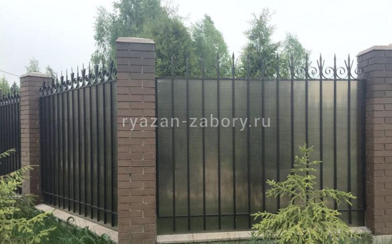 забор из поликарбоната с кирпичными колоннами
