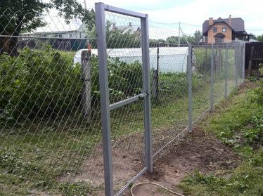 Забор из сетки рабица с калиткой